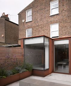 Ingersoll Road House is an extension ad re-furbishment project by London based architecture practice McLaren Excell. Extension Veranda, Glass Extension, Rear Extension, Contemporary Architecture, Architecture Details, Interior Architecture, Victorian Terrace, Victorian Homes, Homes England