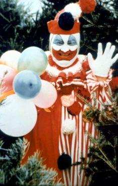 Pogo the Clown aka John Wayne Gacy. Clowns are creepy! And John Wayne Gacy was a freak! Scary Clown Costume, Gruseliger Clown, Creepy Clown, Creepy Stuff, Clown Mask, Creepy Things, Stupid Things, Creepy Art, Creepypasta Wiki