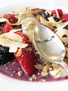Start your day off right with this bright and healthy fruitastic breakfast  bowl! The only thing in this bowl of awesomeness is fruit, fiber, and  enough fuel to get you powered through your morning with ease.  Seriously, this is areallyfilling breakfast.  As I've said before, I'm not really