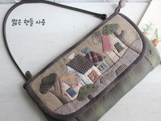 How to Sew a Purse on Your Own Japanese Patchwork, Japanese Bag, Crochet Handbags, Quilted Bag, Diy Home Crafts, Beautiful Bags, Quilting Projects, Mini Bag, Bag Making