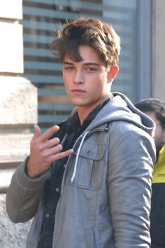 """bestmalemodels: """" chico on street of milano by sam """" my friend stefan at bellazon had promised me that she would have her friend sam take pics of our favorite models francisco and marlon teixeira. here is our frankie of course. Cute White Guys, Cute Guys, Pretty Men, Pretty Boys, Francisco Lachowski Young, Fransico Lachowski, Senior Boy Photography, Boy Hairstyles, Christen"""