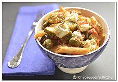 Winter-Wohlfühlessen: Penne mit Zucchini, Oliven und Feta in Tomatensauce