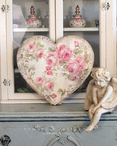 Shabby Chic Vintage Style Large Roses Heart - Debi Coules Romantic Art Shabby Chic Vintage, Shabby Look, Shabby Chic Blog, Shabby Chic Style, Shabby Chic Homes, Romantic Shabby Chic, Shabby Chic Decor, Shaby Chic, Vintage Romance