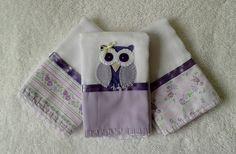 Kit com 3 Fraldinhas de boca, tamanho aprox. 30 x 30 cm, tecido duplo, 1 com aplicação de corujinha de feltro. <br> <br>Faixas de tecido estampado (100% algodão), acabamento com fita de cetim e borda de crochê em linha <br> <br>Alta absorção, ideal para a pele delicada do bebê. <br> <br>Pode ser feita em outras cores e/ou outras aplicações. <br> <br>* As estampas do tecido podem variar conforme disponibilidade no mercado. No entanto, ao substituir, será usado um padrão de estampa com cores…