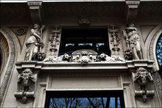 Place de La Madeleine Façades Caryatides et têtes de bouc . Paris IV
