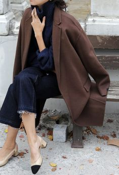 If you enjoy the comfort look, choose a brown coat and navy denim culottes. A pair of black and tan leather pumps will give a more elegant twist to an otherwise straightforward look. Fashion Moda, Look Fashion, Womens Fashion, Net Fashion, Street Fashion, Brown Fashion, Mode Style, Style Me, Mantel Styling