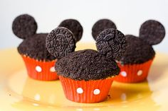 Mickey Mouse Cupcakes - crumble the hard part of the OREO and sprinkle it on top of the chocolate frosted cupcake. Stick pins (or small sticks) in the frosting part of the OREO then stick that into the cupcake. Oreo Cupcakes, Cute Cupcakes, Oreo Cookies, Cupcake Cakes, Cupcake Recipes, Gourmet Cupcakes, Birthday Cupcakes, Party Cupcakes, Strawberry Cupcakes