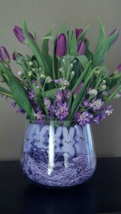 Easter Bouquet purple Easter grass and purple bunny peeps. nice easter bouquet to have as a centerpiece. Arte Floral, Deco Floral, Easter Candy, Hoppy Easter, Easter Food, Easter Eggs, Candy Arrangements, Easter Flower Arrangements, Easter Flowers