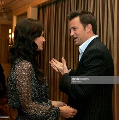 """Actress Courteney Cox Arquette and actor Matthew Perry attend the AFI Associates luncheon honoring Hollywood's Arquette family with the Annual """"Platinum Circle Award"""" held at the Regent Beverly. Get premium, high resolution news photos at Getty Images Friends Cast, Friends Moments, Friends Tv Show, Friends In Love, Monica And Chandler, Chandler Bing, Courtney Cox Arquette, Soulmate Friends, Joey Tribbiani"""