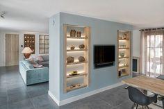 Een heldere indeling van de ruimte, uitgevoerd in gelakt hout en robuuste stalen balken zorgt voor een strakke keuken met industrieel karakter.