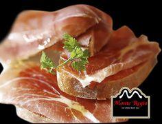 ¿Desayunamos juntos? Tostadas de pan con tomate y jamón serrano #MonteRegio ¡Buenos días!