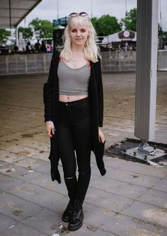 jeans negros tiro alto polera con rayas corta cardigan negro  bototos