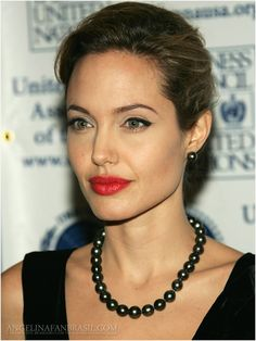 Check out pictures of actress Angelina Jolie hair and hairstyles. Angelina Jolie is famous for her roles in films such as Girl, Interrupted, Mr. Jolie has long, dark hair. Pearl Necklace Outfit, Pearl Necklace Designs, Black Choker Necklace, Boho Necklace, Gemstone Necklace, Necklace Ideas, Angelina Jolie Fotos, Agate Jewelry, Pearl Jewelry