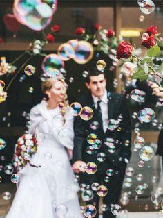 Süße Alternative zu Reis: das Brautpaar mit vielen Seifenblasen am Kirchen-Ausgang erwarten.