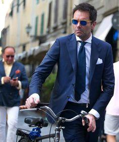 2015-08-10のファッションスナップ。着用アイテム・キーワードは40代~, クレリックシャツ, サングラス, シャツ, スーツ(シングル), ネイビースーツ, ネクタイ, ポケットチーフ,etc. 理想の着こなし・コーディネートがきっとここに。| No:120682