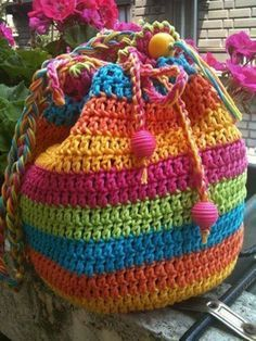 Rainbow Striped Drawstring Crochet Bag - find a free pattern in our post ༺✿ƬⱤღ http://www.pinterest.com/teretegui/✿༻