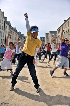 Love the Michael Jackson flash mobs. I totally just did a Michael Jackson flash mob in Palm Springs today 3/17/12 it was a blast!!! <3