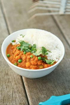 Vegetarische curry met kikkererwten, rode linzen, gember, gepelde tomaten, erwtjes en yoghourt - by photo-copy