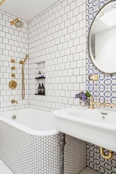 Een combinatie van vormen en kleuren in de badkamertegels