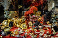 Pe stradutele din Venetia Wreaths, Halloween, Decor, Italia, Decoration, Door Wreaths, Deco Mesh Wreaths, Decorating, Floral Arrangements
