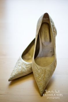 nice golden pointed wedding shoes by © radmila kerl photography munich schöne goldene spitz-auslaufende Brautschuhe