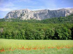 La montagne de la Sainte Baume se trouve à une trentaine de minutes de Marseille (France).