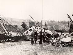 """Om morgenen den 20. april 1944 eksploderte den nederlandske fraktebåten """"Vorboode"""" som lå fortøyd ved Festningskaien, på hjørnet ved Bradbenkshopen like nedenfor Rosenkrantztårnet, og endret deler av Bergens historie."""