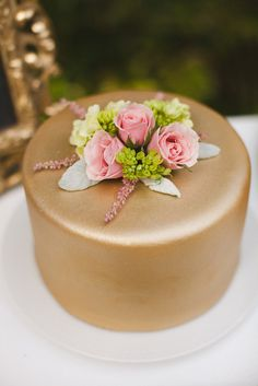 Gold icing is a perfect way to make your single layer cake a showstopper. Photo by J. Layne Photography #weddingcakes #singlelayercakes
