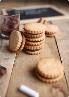 """Après les Oreo maison, voici une nouvelle recette de biscuits industriels que j'ai revisité dans une version """"Home made"""". Ce sont deux sablés qui enferme"""