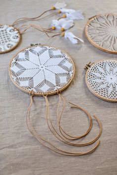 DIY lace dreamcatchers by Mokkasin Doilies Crafts, Crochet Doilies, Crochet Projects, Craft Projects, Projects To Try, Diy Dream Catcher Tutorial, Doily Dream Catchers, Doily Art, Diy And Crafts