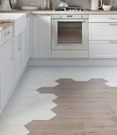 kitchen flooring carrelage hexagonal et parquet: Bathroom Floor Tiles, Kitchen Tiles, Kitchen Flooring, Kitchen Decor, Marble Floor Kitchen, Kitchen Vinyl, Diy Kitchen, Hexagon Tiles, Marble Tiles
