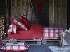 Using my new favorite thing...pallets!!! Chambre chalet / Chalet bedroom : http://www.maison-deco.com/salon/deco-salon/Le-tartan-a-l-honneur-cet-hiver
