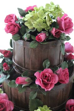 Garden Basket Wedding Cake Flower Basket Wedding Cake Fondant wood grain slatted basket with roses and hydrangea flowers. Fondant Wedding Cakes, Fall Wedding Cakes, Wedding Cakes With Flowers, Wedding Cupcakes, Flower Bouquet Wedding, Fondant Cakes, Cupcake Cakes, Beautiful Cakes, Amazing Cakes