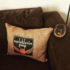 @leventdulgeroglu dostum Meleklerin Payı'nın 3. yaşını bu çok özel hediyeyle kutladıGalatada bulunan @miadesignshop ta yaratılan bu çok özel yastık barımın yanındaki koltuğa çok yakıştı! İnce düşüncesi için Levent'e el emeği göz nuru tasarımları için Mia Design Shop a sonsuz teşekkürler #mia #miadesign #home #pillow #viski #whisky #whiskey #singlemalt #bourbon #burbon #scotch #scotland #viskitadimi #maltingunu #meleklerinpayi #whiskyporn #whiskylove #whiskygram #InstaLike #InstaDram…