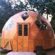 La versatilidad de la madera aplicada en un domo sustentable Tiny House Cabin, Tiny House Design, Yurt Home, Dome Structure, Geodesic Dome Homes, Underground Homes, Dome House, Earthship, Dream House Plans