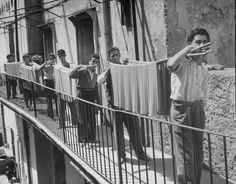 Alfred Eisenstaedt (Tczew, 6 dicembre 1898 – Massachusetts, 24 agosto Boys working in pasta factory carry rods of pasta to drying rooms, Poggiomarino (Napoli), 1947 Vintage Photographs, Vintage Photos, Foto Vintage, Napoli Italy, Italian Posters, Vintage Italy, Contemporary Photographers, Photo Story, Paul Gauguin
