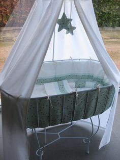 Wiegje NA Baby Dolls, Pvc Furniture, Baby Canopy, Moses Basket, Baby Nest, Barbie House, Baby Cribs, Crib Bedding, Bassinet