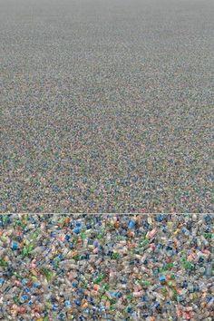 Le photographe Chris Jordan tente d'alerter sur notre sur-consommation et ses impacts. Cette image est composées de 2 millions de bouteilles plastiques équivalent à quelques minutes de consommation... aux Etats-Unis seulement! #pollution #zerowaste #plastique #surconsommation #ecologie