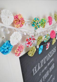 schöne Idee für eine etwas andere Girlande - aus Stoff Rosetten / Blumen genäht…