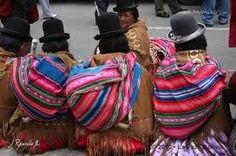 Aguayo Aymara:es un tejido colorido hecho a mano que utilizan las mujeres del altiplano de Perú y Bolivia para transportar cómodos y seguros tanto a sus bebés, su mercadería, exponer sus productos, sentarse y abrigarse del frío andino. En el aguayo se ven dibujados sus sueños, sus animales, los símbolos de su cultura y de su comunidad.