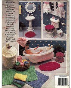 Le volume V de guilde Fashion Doll décoration au crochet «collectionneurs le Annie est une salle de bain relaxant pour Barbie de faire tremper de suite ses soucis. Il y a un bain de pied de griffe vintage, lavabo sur colonne, panier à linge en osier, trousse de toilette, tapis, miroir et plus d'accessoires. Renfort en carton et tissu sont utilisés pour donner à ces pièces corps et perles sont utilisés pour les poignées et les pieds sur la baignoire et lavabo.  Condition: Excellent, à…