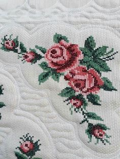 Seccade Cross Stitch Flowers, Cross Stitch Patterns, Hardanger Embroidery, Prayer Rug, Needlework, Alphabet, Diy And Crafts, Sewing Projects, Cross Stitch Rose