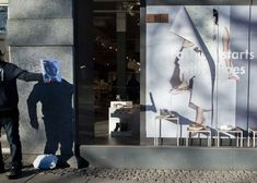 Former architect, Pau Buscató is well known for his unusual street pictures. As he never planned to specialize in it, Pau began by shooting all kinds of thin Oslo, Best Street Photographers, Illusion Photography, Perfectly Timed Photos, Colossal Art, City Streets, Urban Art, Funny Photos, Street Photography