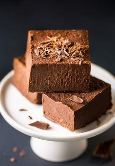 You won& believe how EASY this creamy Kahlua Chocolate Chunk Fudge is! Chocolate Fudge, Homemade Chocolate, Homemade Kahlua, Chocolate Dreams, Chocolate Tarts, Chocolate Lovers, Candy Recipes, Dessert Recipes, Coffee Fudge Recipes