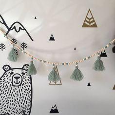 Diy Christmas Garland, Felt Christmas Decorations, Diy Garland, Beaded Garland, Christmas Crafts, Pom Pom Garland, Garlands, Diy Crafts For Adults, Diy For Kids