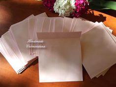 plicuri patrate    se poat face si in alte culori    mai multe bucati se realizeaza la comanda    dimensiunea o stabilim in functie de necesitatile dv;pretul este pentru plicurile cu dimensiune maxima 13x13 cm dar pot fi facute si dimensiuni mai mari    pot fi realizate si din carton