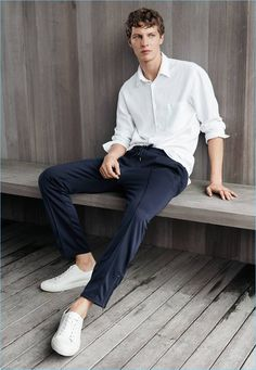 Model Tim Schuhmacher relaxes in H&M's linen-blend shirt, joggers, and white sneakers. Sporty Chic, Mens Fashion Sweaters, Mens Joggers, Pinterest Fashion, Men's Wardrobe, Slim Fit Pants, Sport Fashion, White Sneakers, Unique Fashion