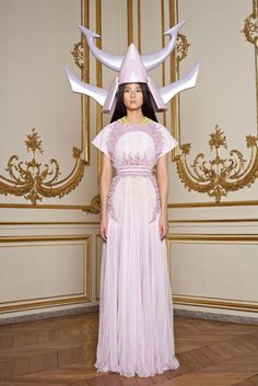 See the complete Givenchy Spring 2011 Couture collection.