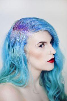 Cabelo azul com glitter / Mermaid glitter hair Ship Your Enemies Glitter, Glitter Roots, Glitter Gel, Glitter Force, Glitter Cardstock, Pelo Multicolor, Blow Hair, Glitter Leggings, Mermaid Glitter