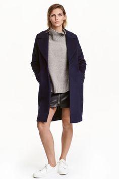 Manteau en laine mélangée: Manteau épais en laine mélangée. Modèle avec col et revers larges. Poches à rabat devant et fente dans le dos. Doublé. Laine d'origine recyclée.